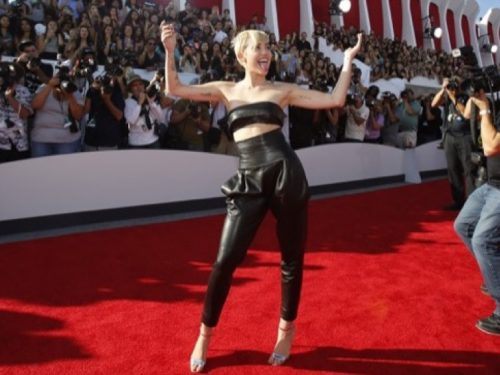 Miley Cyrus arrives at the 2014 MTV Video Music Awards in Inglewood, California August 24, 2014.  REUTERS/Mario Anzuoni (UNITED STATES - Tags: ENTERTAINMENT)(MTV-ARRIVALS) - RTR43KCT